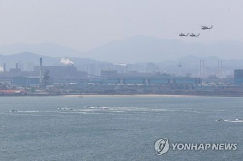 The South Korean military stages a joint drill on the southeastern coast of Pohang, North Gyeongsang Province, on April 23, 2020. (Yonhap)