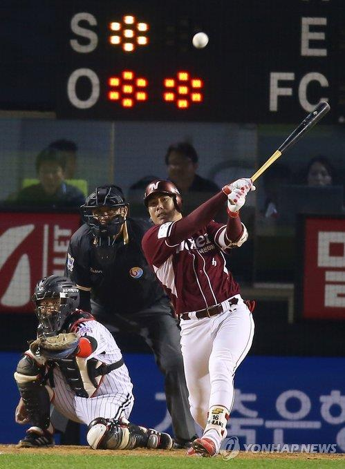 In this file photo from Oct. 31, 2014, Kang Jung-ho of the Nexen Heroes hits a single against the LG Twins in a Korea Baseball Organization postseason game at Jamsil Stadium in Seoul. (Yonhap)