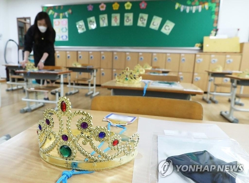 A teacher prepares the classroom for students at a school in Suwon, Gyeonggi Province, on May 25, 2020, ahead of school reopening. (Yonhap)