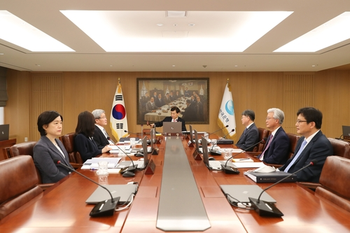 In the photo, provided by the Bank of Korea (BOK), BOK Gov. Lee Ju-yeol (C) and other members of the monetary policy board hold a rate-setting meeting on May 28, 2020, in which the seven-member board slashed the key rate by a quarter percentage point to send it to a record low of 0.50 percent. (PHOTO NOT FOR SALE) (Yonhap)
