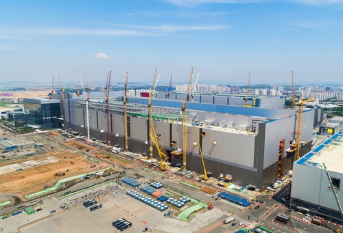 This photo, provided by Samsung Electronics Co., shows the company's P2 fab in Pyeongtaek, south of Seoul, where its new NAND flash production line will be established. (PHOTO NOT FOR SALE) (Yonhap)