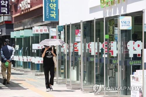 No lines of customers are seen in Seoul's famous drugstore district in Jongno on June 1, 2020, the first day South Korea lifted the designated day-only purchase rule in its protective public mask rationing. (Yonhap)