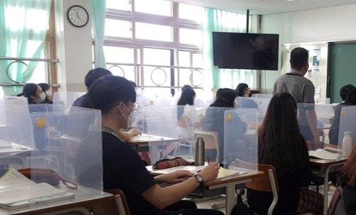 Students take in-person classes at a high school located in Ansan, just south of Seoul, on June 10, 2020. (Yonhap)