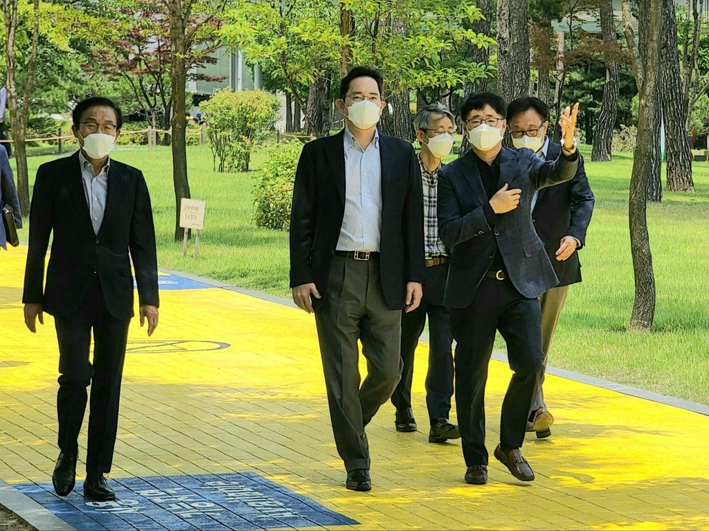 Samsung Electronics Vice Chairman Lee Jae-yong (2nd from L) walks along with executives at the company's chip R&D center in Hwaseong, south of Seoul, on June 19, 2020, in this photo provided by Samsung Electronics Co (PHOTO NOT FOR SALE) (Yonhap)