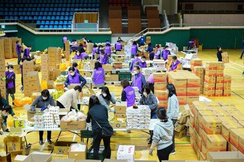 Volunteers sort aid packages made with donations for delivery to the city's underprivileged citizens, in this file photo provided by the Suncheon City Hall. (PHOTO NOT FOR SALE) (Yonhap)