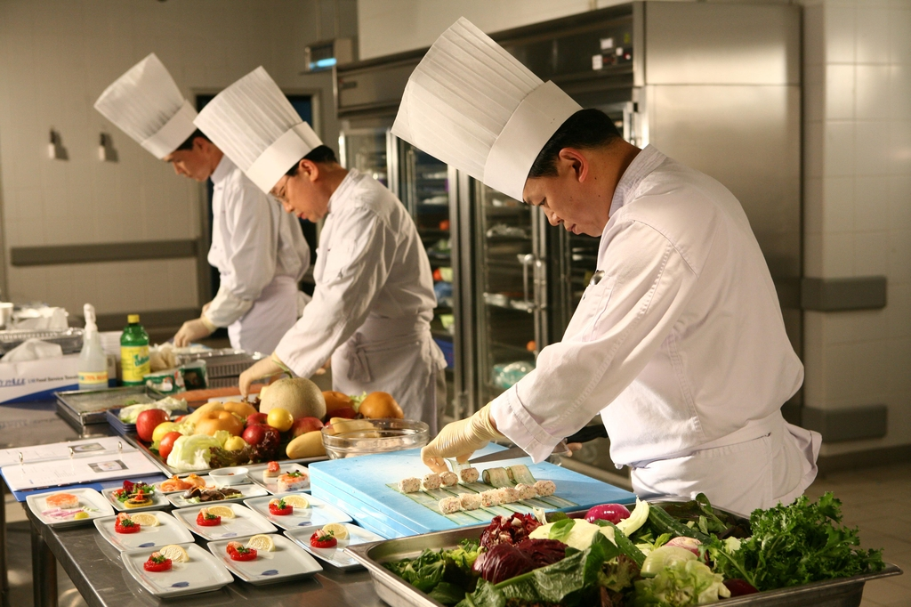 This undated file photo, provided by Korean Air, shows chefs preparing in-flight meals at the Korean Air Catering Center in Incheon, just west of Seoul. (PHOTO NOT FOR SALE) (Yonhap)