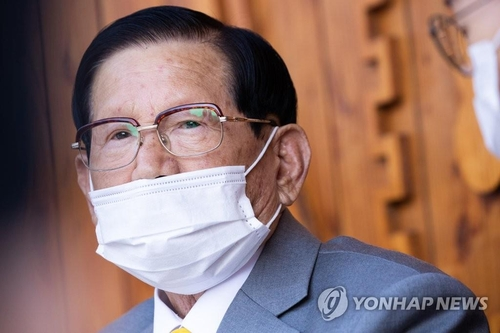 This file photo, taken March 2, 2020, shows Lee Man-hee, the founder of the Shincheonji Church of Jesus, holding a press conference in Gapyeong, east of Seoul. (Yonhap)