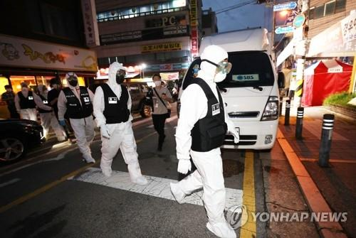 Police officers head toward Sarang Jeil Church in Seoul on Aug. 21, 2020, for a search and seizure operation. A court issued a warrant after health authorities failed to secure the full list of the members of the church at the center of recent spikes in coronavirus infections in the country. (Yonhap)