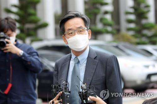 Jung Ju-gyo, a lawyer for former President Chun Doo-hwan, speaks to reporters in front of the Gwangju District Court in the southwestern city of Gwangju on Oct. 5, 2020. (Yonhap)