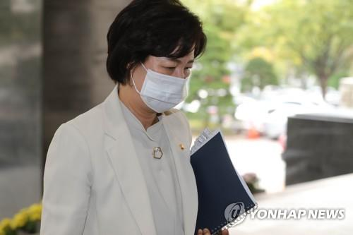 Justice Minister Choo Mi-ae enters the government headquarters complex in central Seoul on Oct. 13, 2020, to attend a Cabinet meeting. (Yonhap)