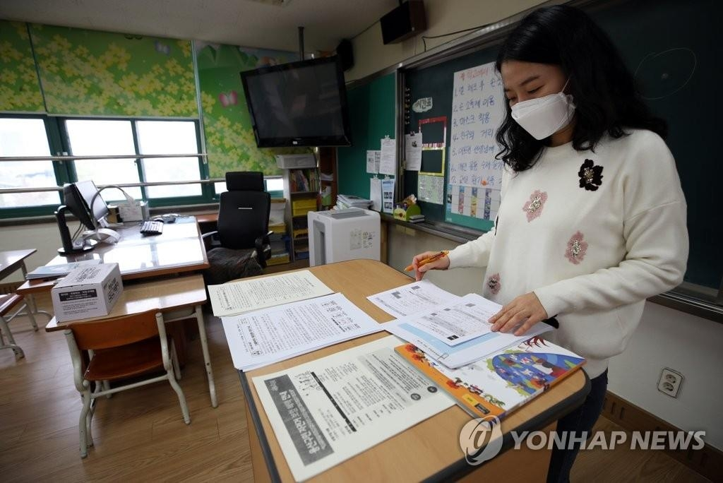 A teacher prepares for classes at Itaewon Elementary School in Seoul on Oct. 16, 2020. (Yonhap)