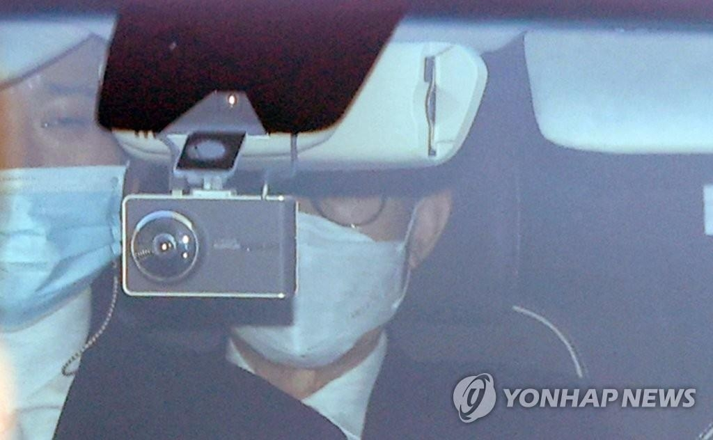 Former President Lee Myung-bak is taken to the Seoul District Prosecutors Office on Nov.2, 2020. (Yonhap)