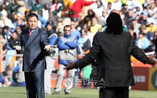 In this file photo from June 17, 2010, South Korea head coach Huh Jung-moo (L) has an exchange with Argentina head coach Diego Maradona during a Group B match at the 2010 FIFA World Cup at Soccer City in Johannesburg. (Yonhap)