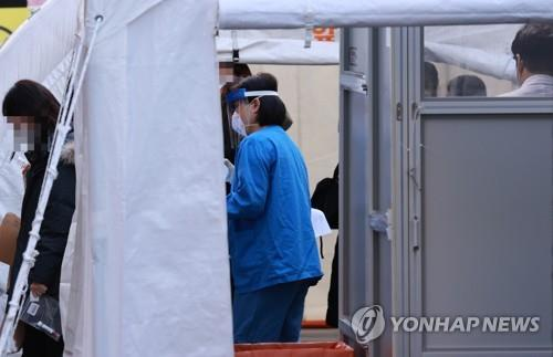 A medical staff member works at a testing center for COVID-19 set up at the National Medical Center in central Seoul on Nov. 30, 2020. (Yonhap)