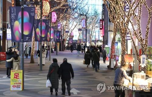 A street in Myeongdong, a popular tourist and shopping district in Seoul, is quiet due to the impact of the new coronavirus on Dec. 3, 2020. (Yonhap)