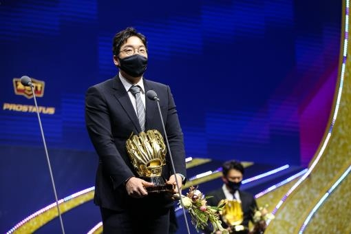 LG Twins' outfielder Kim Hyun-soo gives an acceptance speech after winning a Golden Glove at the awards ceremony in Seoul on Dec. 11, 2020, in this photo provided by the Korea Baseball Organization. (PHOTO NOT FOR SALE) (Yonhap)