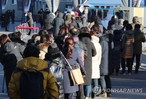 Citizens wait in line to receive COVID-19 tests at a makeshift clinic in central Seoul on Dec. 15, 2020. (Yonhap)