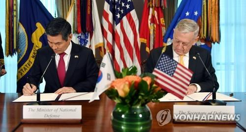 South Korean Defense Minister Jeong Kyeong-doo (L) and his U.S. counterpart James Mattis sign an approved guideline after concluding their annual Security Consultative Meeting in Washington on Oct. 31, 2018, in this photo provided by Jeong's ministry. The guideline, called the Alliance Guiding Principles, addresses how the two countries will operate their combined defense mechanism after the wartime operation control (OPCON) is transferred to the South Korean side. (PHOTO NOT FOR SALE) (Yonhap)