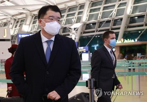 This photo, taken on Jan. 9, 2021, shows Vice Foreign Minister Choi Jong-kuk preparing to depart for Iran at Incheon International Airport, west of Seoul. (Yonhap)