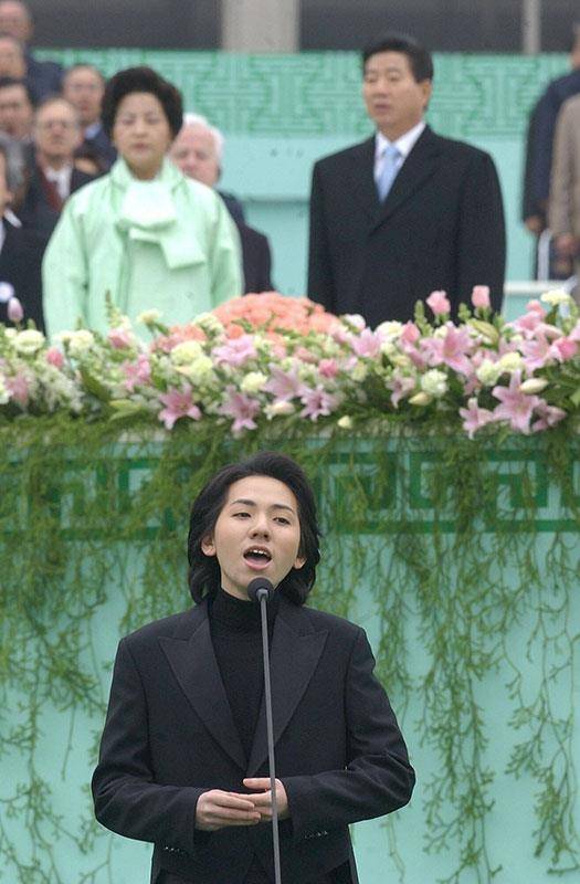 In this file photo provided by DGN COM shows Lim Hyung-joo sings at the inaugural ceremony of President Roh Moo-hyun on Feb. 25, 2003. (PHOTO NOT FOR SALE) (Yonhap)