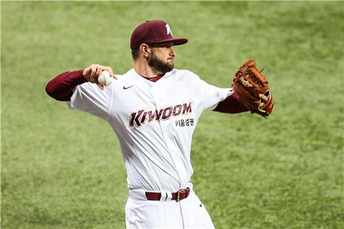 Josh A. Smith of the Kiwoom Heroes plays catch at Gocheok Sky Dome in Seoul on Feb. 16, 2021, in this photo provided by the Heroes. (PHOTO NOT FOR SALE) (Yonhap)