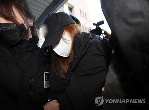 This file photo shows a 48-year-old woman surmaned Seok leaving the Gumi Police Station in the southeastern city on March 17, 2021, to be transferred to the prosecution on charges of child abduction and attempted abandonment of a dead body. (Yonhap)