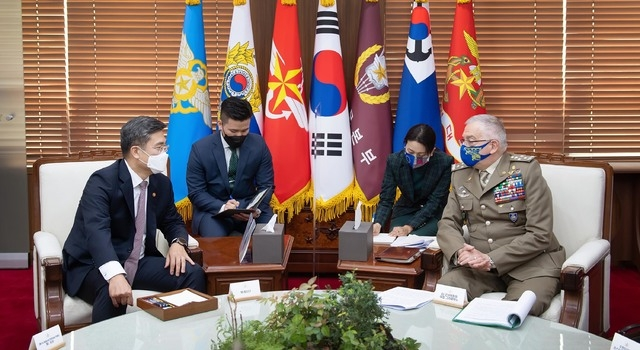 Defense Minister Suh Wook (L) and Gen. Claudio Graziano (R), chairman of the EU Military Committee, hold talks in Seoul on April 7, 2021, in this photo provided by the defense ministry. (PHOTO NOT FOR SALE) (Yonhap)