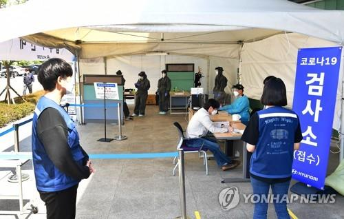 People get tested for COVID-19 at a makeshift clinic in Ulsan on May 3, 2021. (Yonhap)