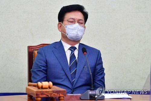 Democratic Party Chairman Rep. Song Young-gil sits with his eyes closed during a party meeting on June 25, 2021. (Yonhap)