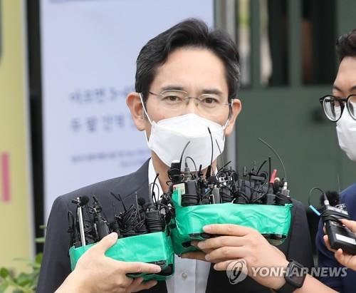 Lee Jae-yong, vice chairman Samsung Electronics Co., speaks outside the Seoul Detention Center in Uiwang, 25 kilometers south of Seoul, on Aug. 13, 2021. (Yonhap)