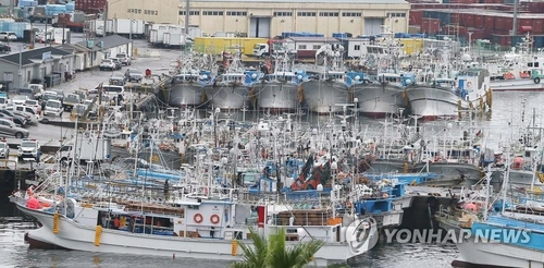 Boats are anchored for Typhoon Omais in Seogwipo, Jeju, on Aug. 22, 2021. (Yonhap)