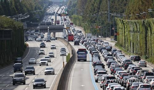 Heavy traffic clogs the southbound lanes on the Gyeongbu Expressway, which links Seoul to Busan, in southern Seoul, on Sept. 20, 2021, as many people hit the road ahead of the traditional holiday of Chuseok. (Yonhap)