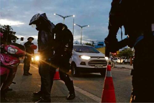 브라질 북동부 포르탈레자 시내에서 군과 경찰이 검문하고 있다. [브라질 일간 폴랴 지 상파울루]