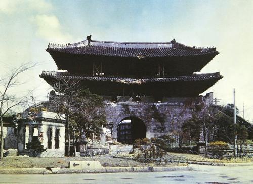 (서울=연합뉴스) 전쟁의 화마가 할퀴고 간 1951년 숭례문.