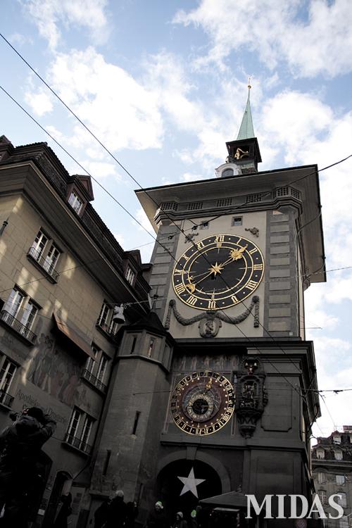 16세기에 재건된 후 베른의 명물로 자리 잡은 시계탑.