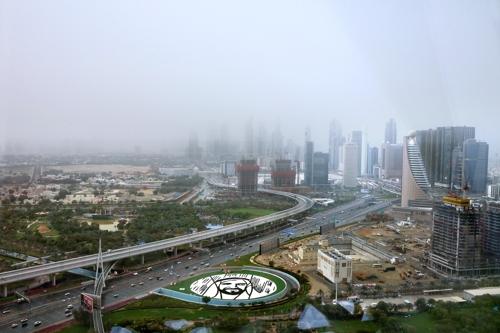 두바이 프레임 전망대에서 보이는 신시가지의 모습. 심한 모래바람이 불어 마천루가 가려졌다. [사진/한미희 기자]