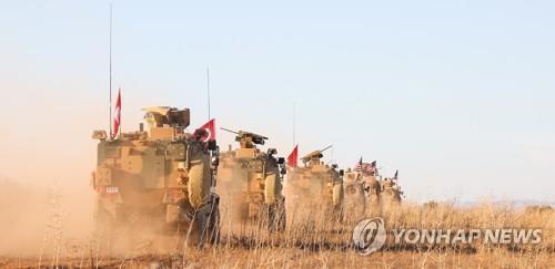 시리아 북부 만비즈 외곽서 이동하는 터키군 차량 [EPA=연합뉴스]