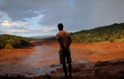 브라질 남동부 미나스 제라이스 주 브루마지뉴 지역에서 일어난 광산 댐 붕괴사고 현장을 한 주민이 지켜보고 있다. [국영 뉴스통신 아젠시아 브라질]