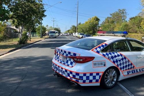 호주 브리즈번 로건 유아 사망 현자에 도착한 퀸즐랜드 주 경찰