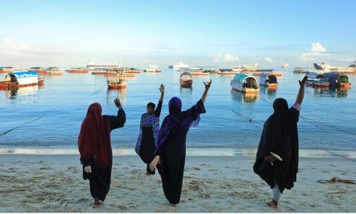 템보 호텔 앞 해변에서 이슬람 여성들이 스트레칭을 하고 있다. [사진/성연재 기자]