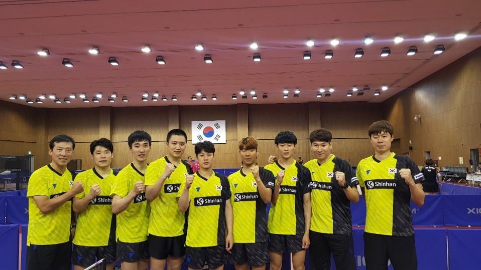 탁구 남자대표팀 선수단. 맨 왼쪽이 김택수 감독.