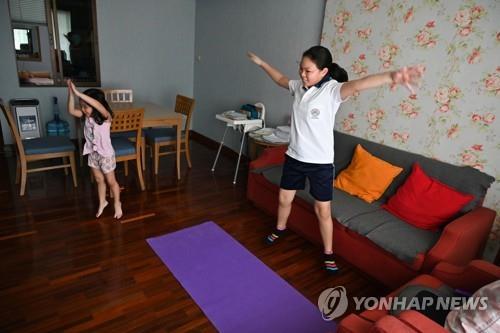코로나19 동안 실내서 운동하는 자매(자료사진)