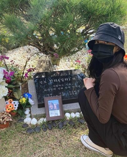 설리 묘소를 찾은 배우 김선아