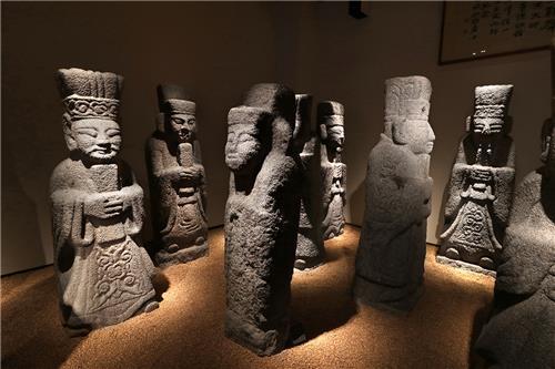 환수유물관에는 일본으로부터 되찾아온 문인석 47점이 전시되어 있다. [사진/조보희 기자]