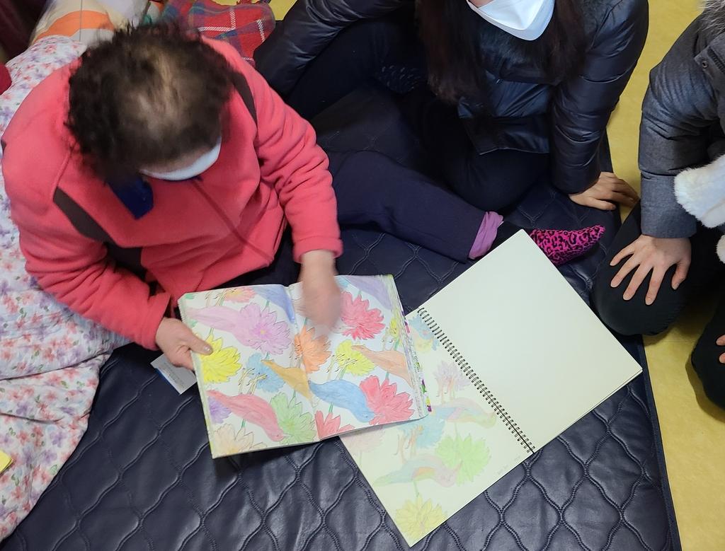 색칠 공부 책 보여주는 김백순 할머니