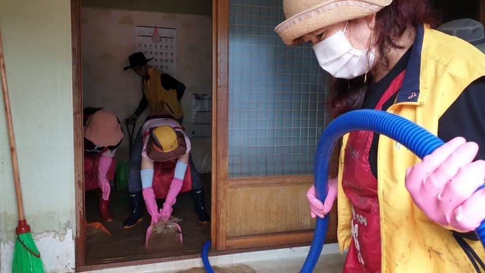 울주군여성자원봉사회 회원들이 침수 피해를 본 집에서 복구를 돕는 봉사를 하고 있다. [울주군여성자원봉사회 제공. 재판매 및 DB 금지]