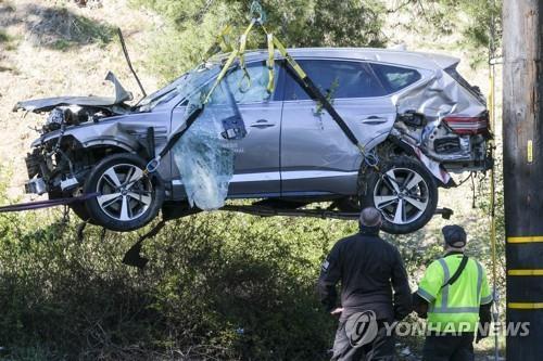 타이거 우즈 사고 차량을 수습하는 미국 경찰