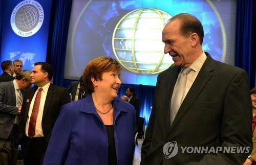 크리스탈리나 게오르기에바 IMF 총재(왼쪽)와 데이비드 맬패스 세계은행 총재