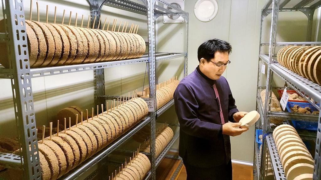 김 대표는 다양한 종류의 누룩을 직접 빚어 사용한다. [청산녹수 제공]