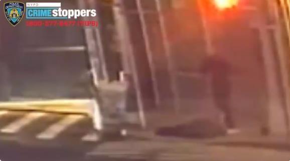 바닥에 쓰러진 아시아계 남성을 발로 걷어차는 장면